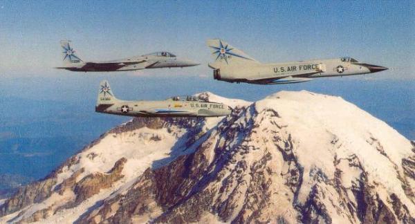 Na companhia de um TF-33, um F-106 forma com seu sucessor, um F-15. (Foto: skytrailer.com)