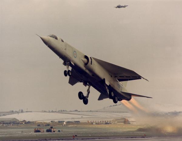 O primeiro TSR2 (XR219) decola para o seu primeiro voo. (Foto: airliners.net)