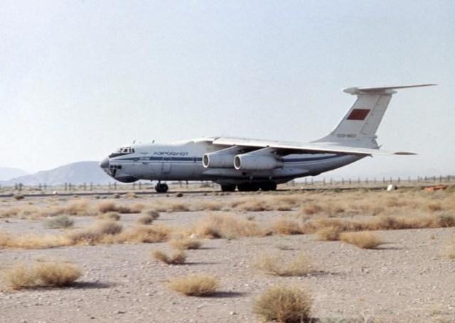 Comparado com o C-141 da USAF, o Ilyushin IL-76 fazia um esforço muito maior para utilizar pistas curtas não preparadas. (Foto: forever.km.ua)
