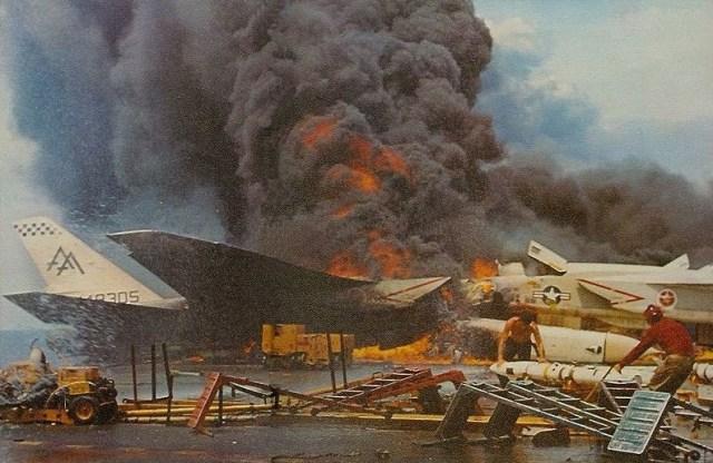 Duas mil libras em bombas explodiram matando toda a brigada de incêndio, deixando o combate as chamas nas mãos de tripulantes não treinados. (Foto: Today in History_Forrestal)