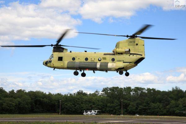 O primeiro helicóptero ICH-47F do Exército Italiano durante o voo inaugural em Vergiate, Itália. (Foto: AgustaWestland)
