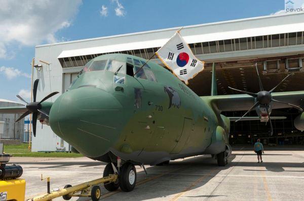 O primeiro C-130J Super Hercules da Força Aérea da República da Coreia no momento que deixava a linha de pintura da Lockheed Martin. (Foto: Andrew McMurtrie / Lockheed Martin)
