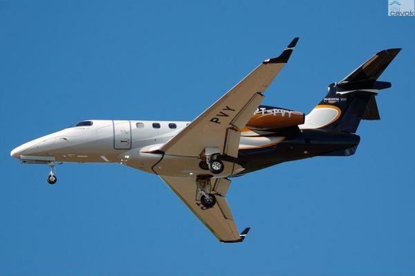 O jato executivo Phenom 300 da Embraer. (Foto: Eugene Butler / JetPhotos)