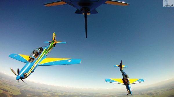 Parte do treinamento era realizado durante voo em formação com aeronaves A-29 Super Tucano. (Foto: EDA)