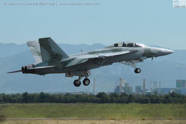 Montagem de um Super Hornet com as cores da FAB, partindo da Base Aérea de Santa Cruz. (Foto: Mauro Lins de Barros / Cavok)