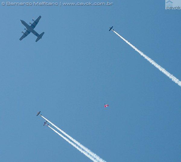 Abertura do airshow com paraquedistas que saltaram de um C-130. (Foto: Bernardo Malfitano / Cavok)