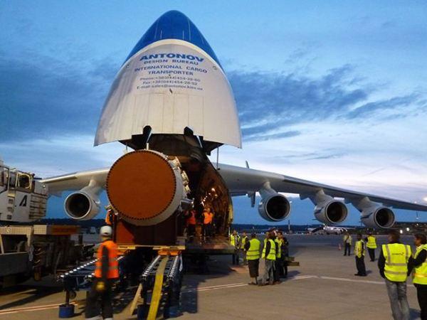 A gigante aeronave An-225 durante o embarque da carga especial.