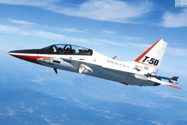 O jato de treinamento avançado sul coreano T-50 Golden Eagle, fabricado pela KAI.