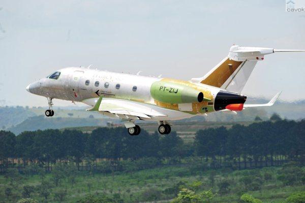 O jato executivo Embraer Legaxy 450 decola de São José dos Campos para seu primeiro voo. (Foto: Embraer)