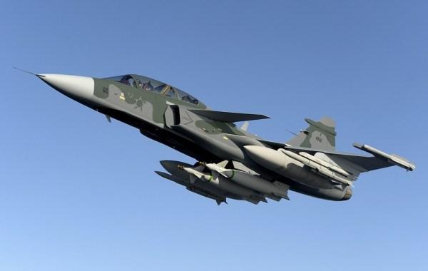 """Gripen BR2 600x380 - Brasil quer """"caça tampão"""" até novo Gripen chegar"""