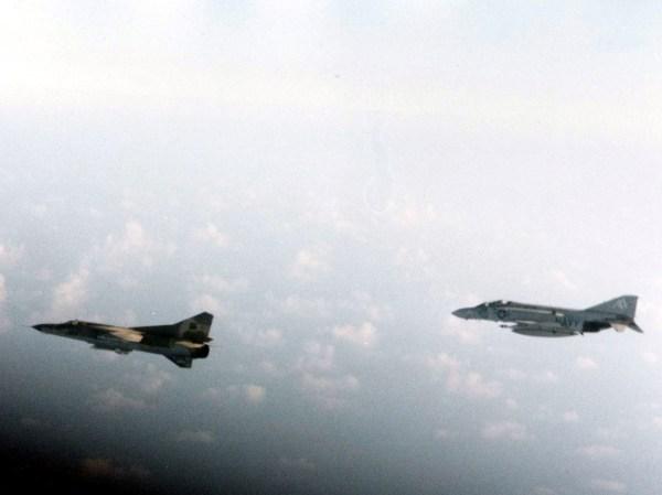 F-4J intercepta um MiG-23 líbio sobre o Golfo de Sidra em 1981.