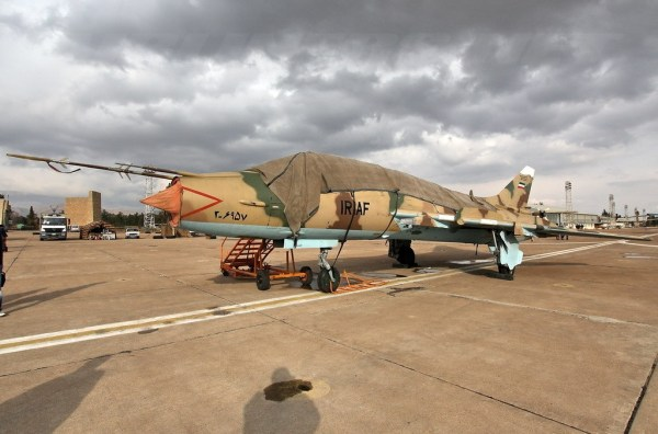 Fevereiro de 2011, Irã. Um Su-22UM3K ex-iraquiano, (dos quais desembarcaram no Irã, em 1991, durante a primeira Guerra do Golfo), com as cores iranianas. Um dos muitos cujas fotos e história ainda estão por vir e dizer. (Imagem: elhangardetj)