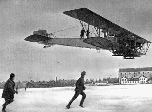 ILYA MOUROMETZ V (1915). Foi o primeiro quadrimotor do mundo, denominado Le Grand; o avião realizou a sua primeira ação de guerra no dia 15 de fevereiro de 1915, bombardeando um local na Prússia Oriental. Foram construídos 80 aparelhos e efetuaram mais de 400 missões, perdendo-se apenas dois aparelhos. Eram armados com metralhadoras e 500 kg de bombas.