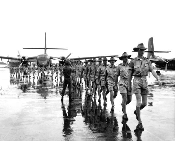 A Real Força Aérea Australiana (RAAF) começou o seu envolvimento na guerra em 1964, quando, através de aeronaves DHC-4 Caribou, começou a voar operações de transporte para o Vietnã do Sul.