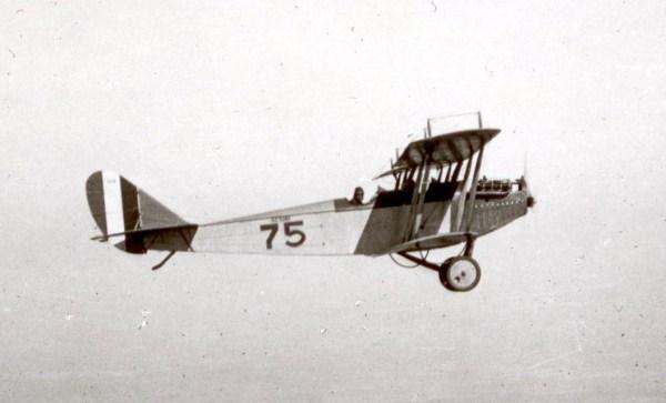 CURTISS JN-3 JERRY (1915). Construído em série de mais de 6.500 aparelhos e universalmente utilizado pelas escolas de pilotagem aérea, também na Europa. Foi usado em ações de guerra para fins de reconhecimento.