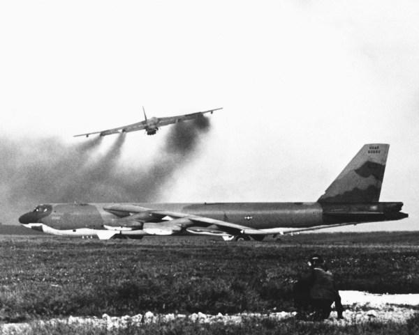 Aviões B-52G partem da base aérea de Andersen, Guam, durante a operação Linebacker II em 1972.