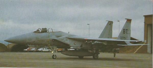 Recebidas as ordens, os dois aviões da primeira equipe deixavam os abrigos.