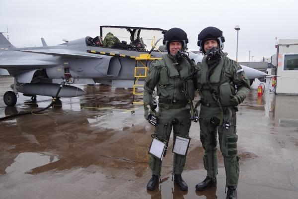 O Capitão Pascotto da FAB (direita), juntamente com o instrutor sueco, logo após o primeiro voo de Gripen na Suécia. (Foto: via Agência Força Aérea)