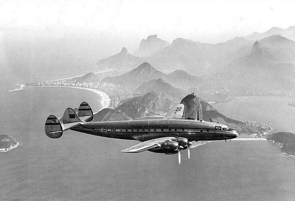 Panair do Brasil. Lockheed L.049-46-26 Constellation, registro PP-PCB (cn 2048). Inflight sobre o Rio de Janeiro.
