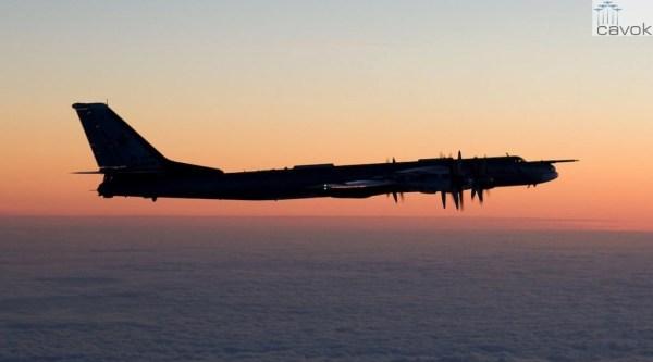 Um bombardeiro russo Tu-95 fotografado por um piloto de um F/A-18 Hornet finlandês. (Foto: Força Aérea Finlandesa)