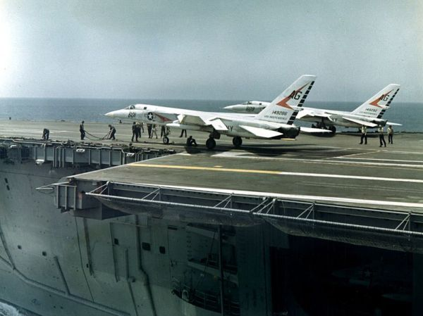 800px-A-5A_Vigilantes_of_VAH-1_being_readied_for_launching_c1964