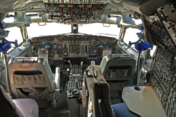 Boeing_AWACS_E3_cockpit
