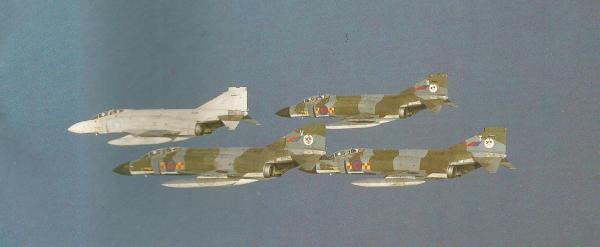 Quatro Phantom FGR.Mk 2 (três ainda com a pintura camuflada) em manobra na base de Akrotiri, na ilha de Chipre. Sobre o Mediterrâneo, usava-se munição real.
