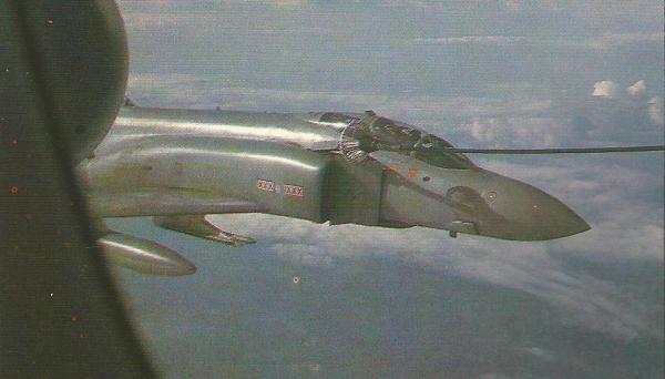 Um Phantom se reabastece em voo. Era um aparelho do Esquadrão 29, com base em Coningsby, mas que em 1982 e 1983 esteve destacado em Port Stanley, nas ilhas Falklands. O aprendizado do reabastecimento em voo era feito no próprio esquadrão, não na Unidade de Conversão Operacional (OCU).