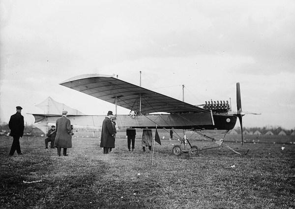 Um avião Antoinette VII, com motor V16 (1909)