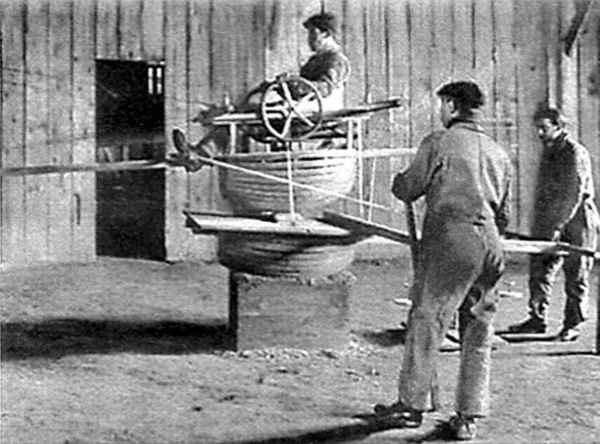 """O """"simulador de voo"""" da Antoinette, em 1909, um dos primeiros do Mundo."""