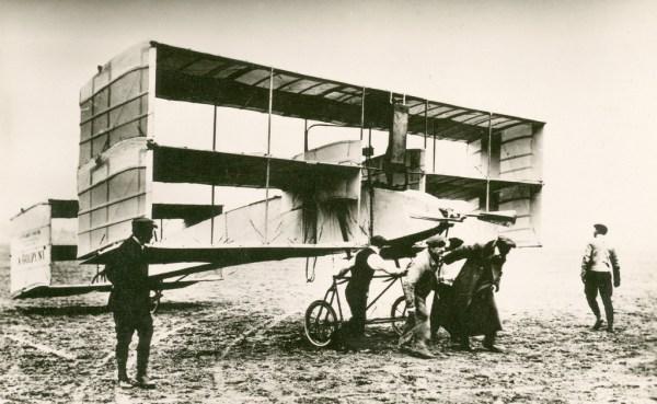 Triplano Voisin Goupy No.1 durante testes realizados em Issy-les-Moulineaux (Outubro – Novembro de 1908)