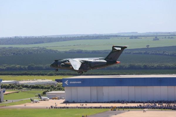 Aeronave de transporte militar KC 390 por ocasião do seu primeiro voo realizado no dia 03.02.2015 na cidade de Gavião Peixoto SP Foto Embraer 1 600x401 - Há 46 anos era criada a Embraer