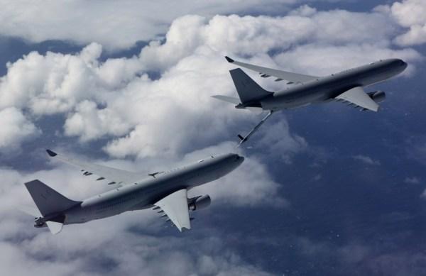Um KC-30A reabastece em voo outra aeronave KC-30A da RAAF. (Foto: Ministério de Defesa da Austrália)