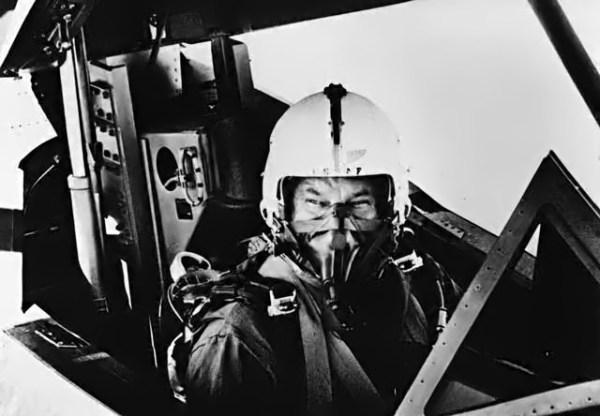 Kelly Johnson voou no AT-12, Artigo 124 (60-6927), com o piloto de testes Lou Schalk no comando da aeronave - Lockheed Martin
