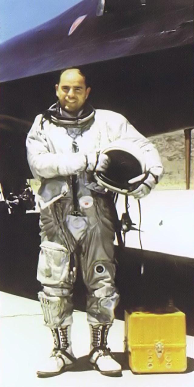 Mele Vojvodich, ao lado de sua aeronave, A-12 Artigo 131 (60-6937), em 22 de maio de 1967 - CIA