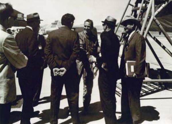 O piloto de testes da Lockheed, Lou Schalk (ao centro), sendo cumprimentado por oficiais da CIA e Lockheed após o término do primeiro voo oficial do A-12 - Lockheed Martin