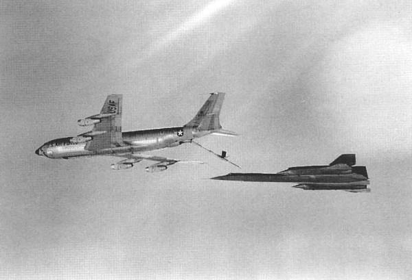O primeiro exemplar do A-12, Article 121 (60-6924), com o piloto de testes da Lockheed, sendo reabastecido em voo por um KC-135Q - Lockheed Martin