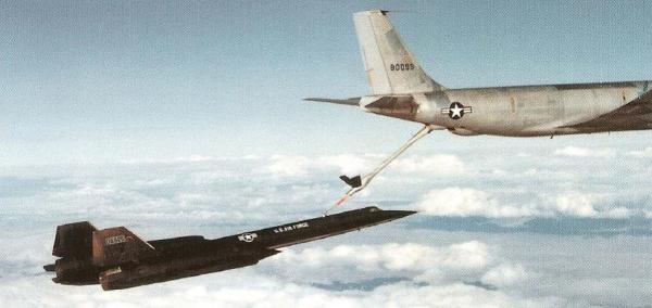 O segundo exemplar, Article 122 (60-6925), sendo reabastecido em voo por um KC-135Q - Lockheed Martin