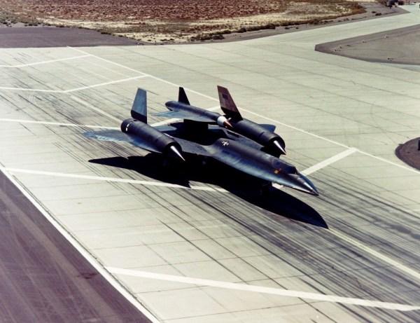 O segundo exemplar do M-21, Artigo 135 (60-6941), juntamente com um D-21, momentos antes da realização de um voo de teste - Lockheed Martin