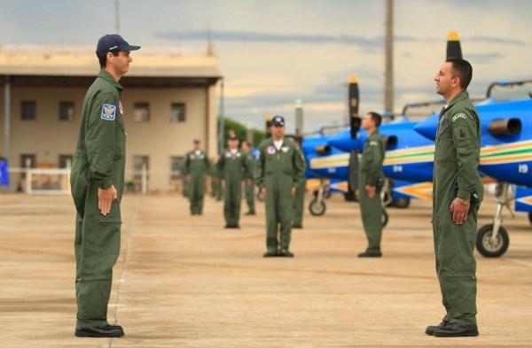 Os pilotos e os anjos da guarda iniciam a apresentação ainda no solo. (Foto: Sgt. Batista / Agência Força Aérea)