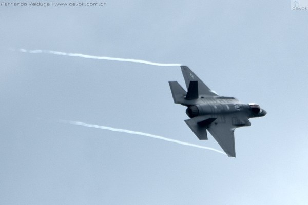Os dois F-35A realizaram três passagens baixas antes do pouso final. (Foto: Fernando Valduga / Cavok Brasil)