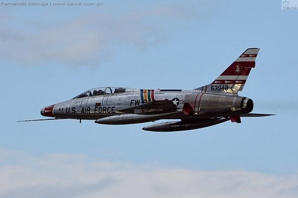 Sem dúvida um dos mais belos warbirds civis presentes já em Oshkosh foi o F-100F Super Sabre. (Foto: Fernando Valduga / Cavok Brasil)