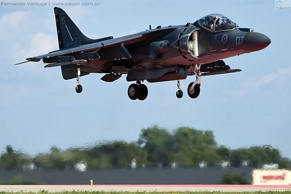 A sempre impressionante demonstração VTOL do AV-8B Harrier. (Foto: Fernando Valduga / Cavok Brasil)