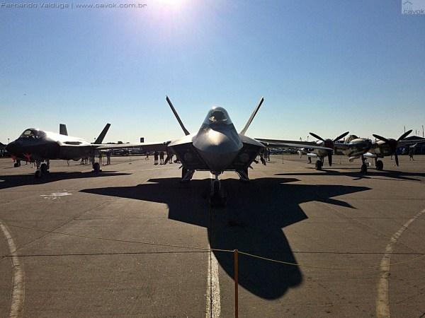 Os três aviões que foram batizados de Lightning pela Força Aérea dos EUA lado a lado na Boeing Plaza: da direita para esquerda o P-38 Lightning, o F-22 (o qual teve seu protótipo YF-22 batizado de Lightning) e o F-35A Lightning II. (Foto: Fernando Valduga / Cavok Brasil)