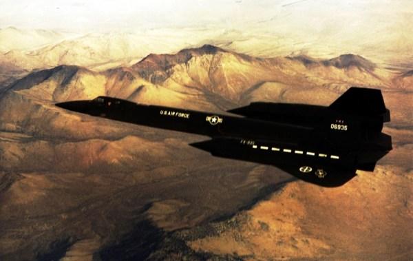 Segundo protótipo do Lockheed AF-12 (YF-12A), Artigo 1002 (60-6935), durante a realização de um voo de testes / USAF
