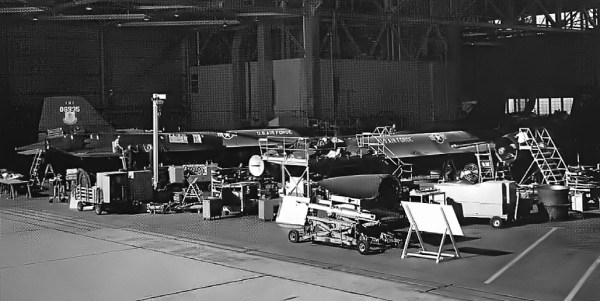 Lockheed YF-12A, Artigos 1002 e 1003, durante procedimentos de manutenção na Base Aérea de Edwards - Jerry McCulley Collection (1)