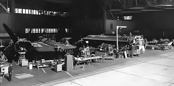 Lockheed YF-12A, Artigos 1002 e 1003, durante procedimentos de manutenção na Base Aérea de Edwards - Jerry McCulley Collection