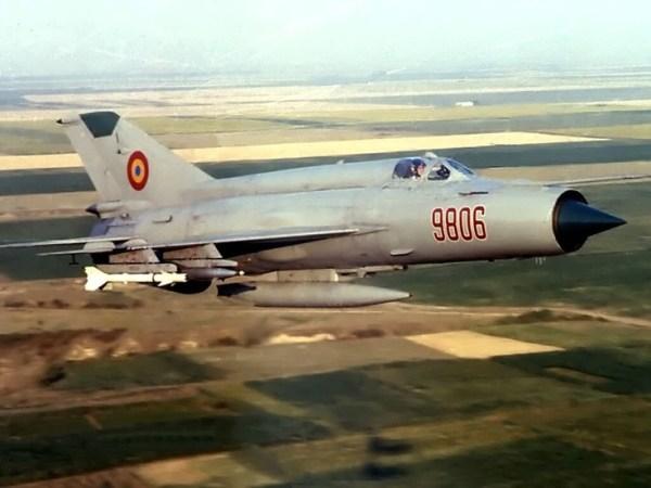 Os soviéticos tinham no AA-2 Atoll o seu equivalente ao Sidewinder. Sua origem diz que ele é uma cópia do AIM-9B que foi recuperado intacto, cravado num MiG-15 chinês. O Atoll foi produzido tanto SARH quanto IR.