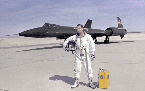 Piloto de testes da NASA, Donald L. Mallick, à frente do Lockheed YF-12A, Artigo 1002 (60-6935), em 1972 – NASA Dryden Flight Research Center