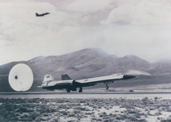 Primeiro pouso, em 7 de agosto de 1963, após o voo inaugural, do Lockheed AF-12 (YF-12A), Artigo 1001 (60-6934), com o com piloto de testes Jim Eastham aos comandos (1)